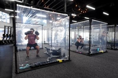 Academia usa biombos transparentes nos Estados Unidos para reabrir
