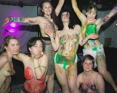 Escola de artes ensina a pintar com os seios