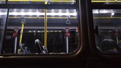 Homem joga pedra em janela de ônibus após ser impedido de entrar sem mascara