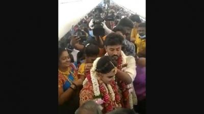 Indianos fazem casamento em avião com 130 convidados