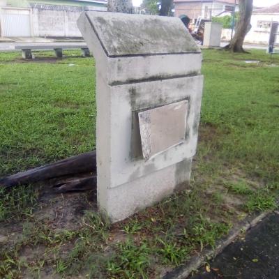 Placa de praça danificada