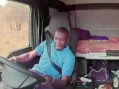 Caminhoneiro leva tiros de assaltantes e grava tudo