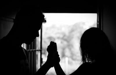Mulher adotada encontra mãe biológica, descobre ter sido concebida após estupro