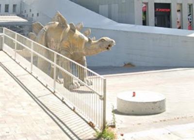 Homem morre após ficar preso em estátua de dinossauro