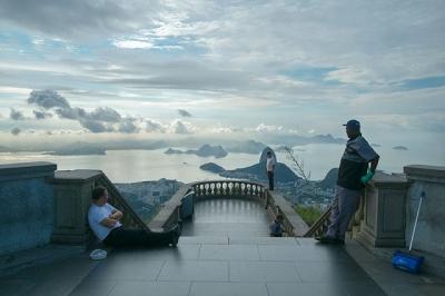Fotógrafo aponta sua câmera para direções erradas de grandes monumentos