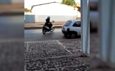 Mulher é atropelada ao sair da concessionária com moto nova