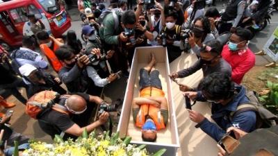 Quem não usar máscara na Indonésia pode ser punido ficando dentro de um caixão