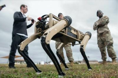 Força Aérea dos EUA se prepara para utilizar cães robô em patrulhas