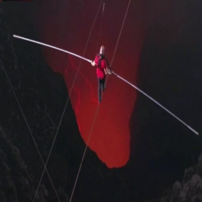 O primeiro homem a caminhar sobre um vulcão ativo