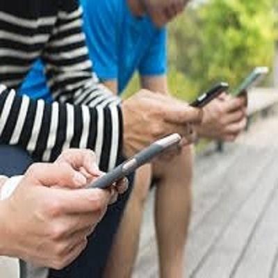 Estudo associa uso do celular com dor nas mãos: como evitar?