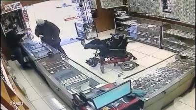 Cadeirante assalta uma loja de maneira única, com seus pés