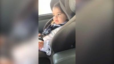 Bebê espera a batida certa pra mostrar seus passos de dança