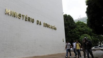 MEC cortará verba de universidade por balbúrdia