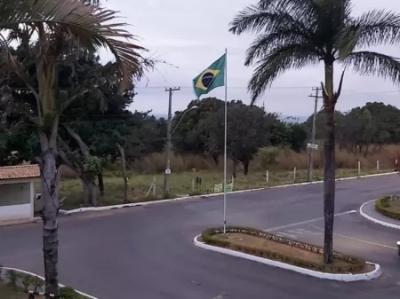 Instalação de bandeira do Brasil em condomínio gera briga entre moradores