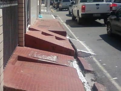 Calçadas irregulares causam acidentes