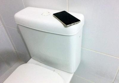Celular no Banheiro: Quais os riscos a Saúde?