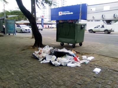 Lixo fora da lixeira