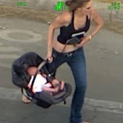 Foragida carrega bebê durante fuga, mas acaba dominada por policiais