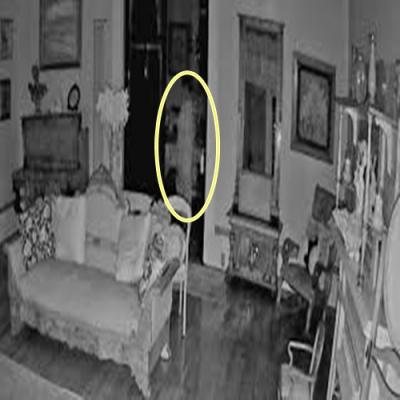 Figura assustadora vestida de branco flagrada em câmera de segurança