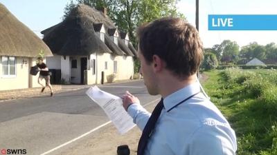 Adolescente carregando maconha aparece por acidente em reportagem