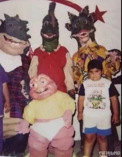 A felicidade de uma criança ao conhecer a família dinossauro