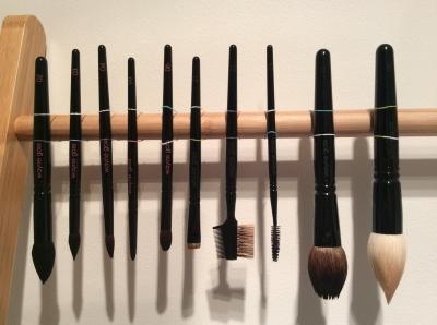Como limpar seus pincéis de maquiagem (e quantas vezes você deve fazê-lo)