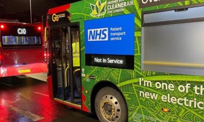 Dois ônibus de Londres se transformam em ambulâncias