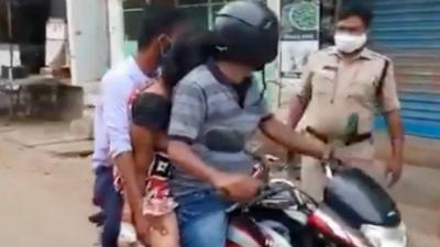Sem carro funerário, homens usam moto para levar cadáver a local de cremação