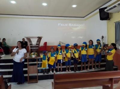 Crianças se vestem como carteiros para entregar mensagens da Bíblia, no Rio
