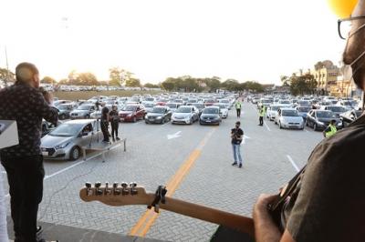 Igreja reúne mais de mil pessoas em culto drive-in no interior de SP