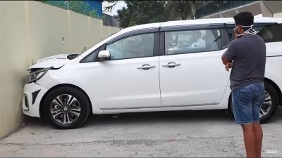 Homem bate na parede ao sair da concessionária com um carro novo