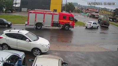 Carro pega fogo do lado do caminhão de bombeiros