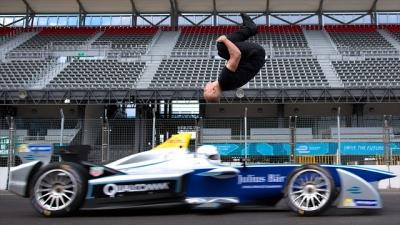 Parkour + Fórmula 1 = O vídeo mais incrível que você vai ver hoje