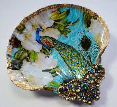 Artista usa conchas para criar joias com pinturas incriveis