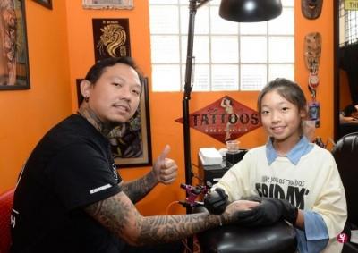 Você se deixaria ser tatuado por essa garota de 13 anos?
