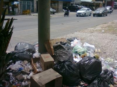 Canteiro divisor de pista cheio de lixo