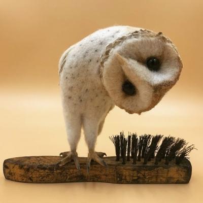Artista cria arte com feltro e escovas