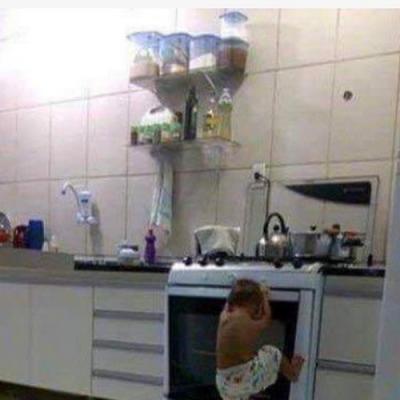 Criança fazendo criancice