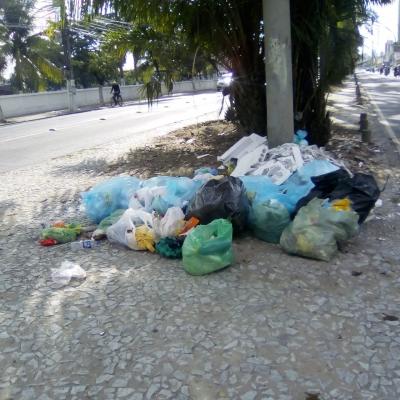 Canteiro divisor cheio de lixo