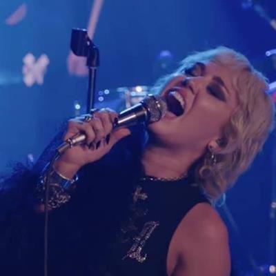 Cantoras pop cantando músicas de rock