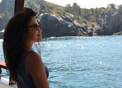 Saiba como é um passeio de barco em Arraial do Cabo