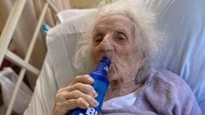 Idosa de 103 anos vence Covid-19 e comemora tomando cerveja