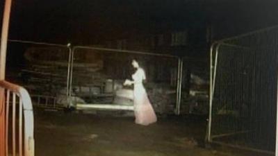 Noiva fantasma é flagrada por câmera em canteiro de obra