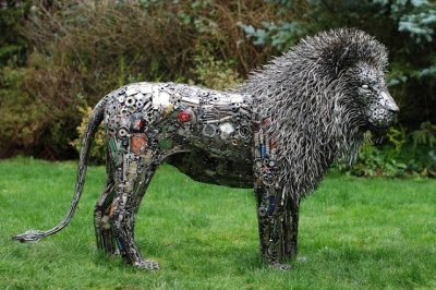 Artista americano faz esculturas incríveis de material reciclável