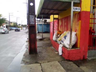 Banco de parada de ônibus x Entulhos