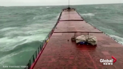 Onda gigante parte navio cargueiro em dois
