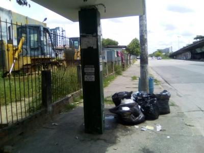 Parada de ônibus virou depósito de lixo