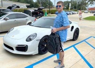 Homem de 42 anos da Flórida conseguiu comprar novo Porsche com cheque impresso e