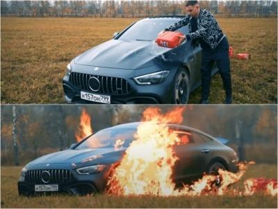 Insatisfeito com o serviço, o homem russo queima seu Mercedes de US$170.000 até