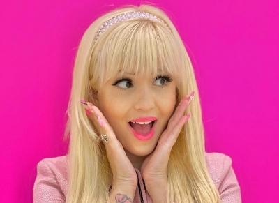 Mulher obcecada por rosa se torna uma Barbie profissional na vida real